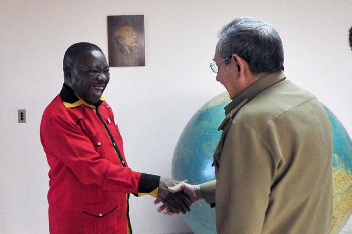 Raúl recibió al secretario general del Partido Comunista de Sudáfrica, Blade Nzimande. (Foto Estudios Revolución)