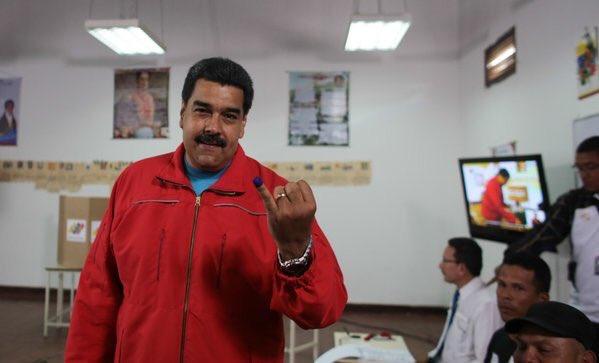 Lo más hermoso de la fiesta de este domingo es la paz, aseguró Maduro a la prensa luego de ejercer el voto. (Foto Prensa Presidencial)