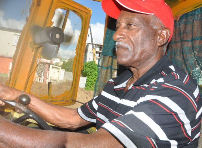 """""""Trabajaré hasta que el cuerpo aguante"""", afirma este hombre de 70 años. (Foto Vicente Brito/Escambray)"""