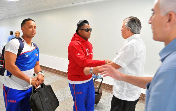 Carlos Jesús de la Nuez, embajador de nuestro país en República Dominicana, acudió a darles la bienvenida al equipo de los Tigres. (Foto: Ricardo López Hevia, enviado especial de Granma)