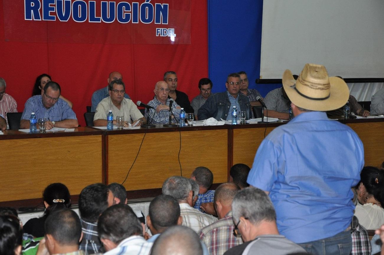 En la plenaria intervinieron representantes de las bases productivas. (Foto: Vicente Brito / Escambray)