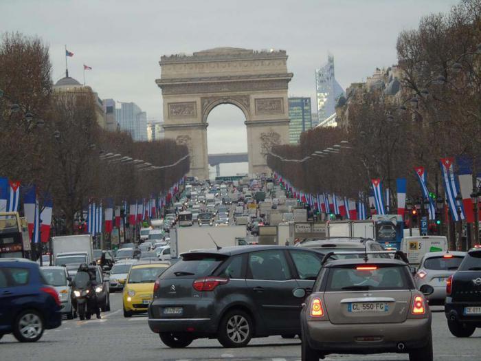 Banderas de Cuba y Francia ondean juntas en París en ocasión de la visita de Raúl. (Foto CubaMinrex)