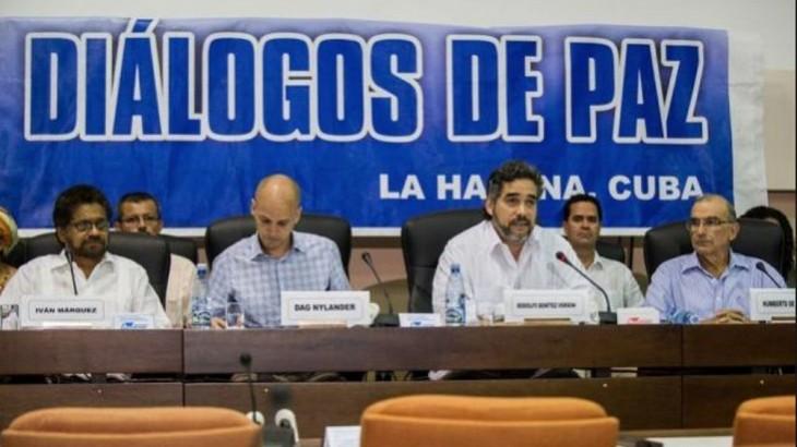 El Gobierno y las FARC-EP dialogan en La Habana desde 2012, proceso que tiene a Cuba y Noruega como garantes, mientras Venezuela y Chile cumplen el rol de acompañantes.
