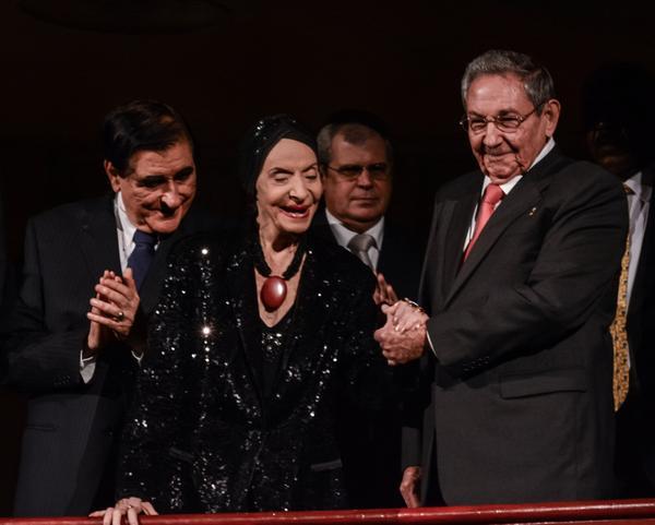 Raúl, junto a la Prima Ballerina Assoluta Alicia Alonso, en la Gala dedicada al Triunfo de la Revolución. (Foto ACN)