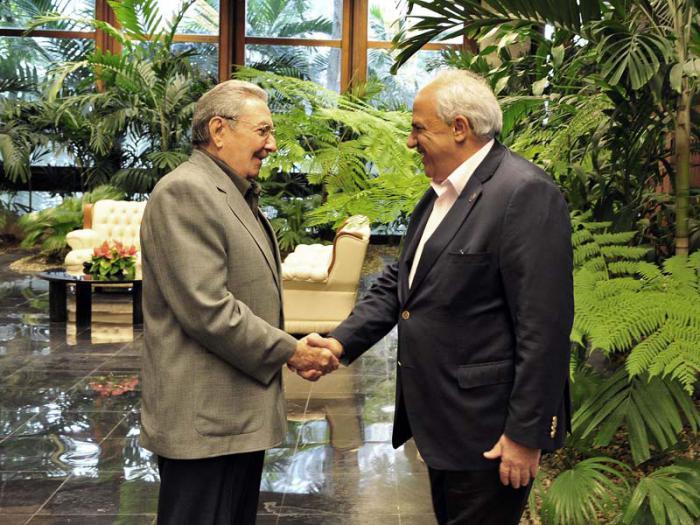 Raúl y Samper durante su encuentro en La Habana este lunes. (Foto: Estudios Revolución)