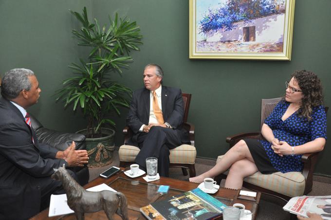 El embajador de Cuba en Dominicana, Carlos De la Nuez López, ofrece declaraciones a reporteros  del Listín Diario.
