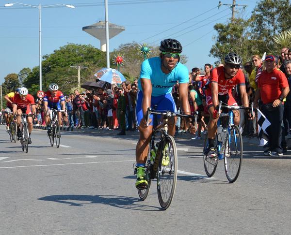 El guantanamero Onel Santa Clara ganó la meta volante ubicada en la ciudad de Sancti Spíritus. (Foto Oscar Alfonso/ACN)
