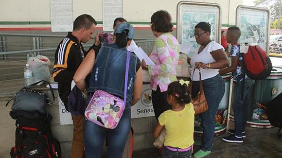 Parte de un grupo de los migrantes cubanos a su entrada en México. (Foto: EFE)