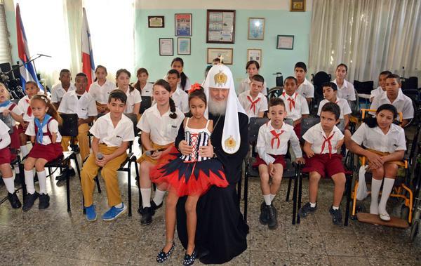 Su Santidad Kirill posa junto a niñas y niños de la escuela de Solidaridad con Panamá. (Foto ACN)