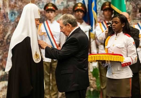 Raúl impuso  a su santidad Kirill la Orden José Martí. (Foto ACN)