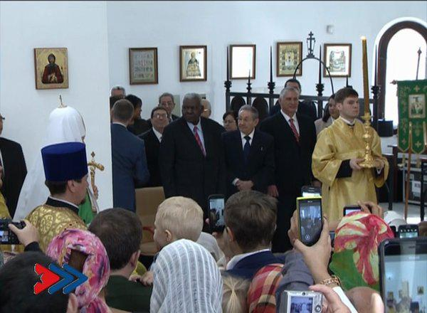 El presidente cubano Raúl Castro presente la catedral de Nuestra Señora de Kazán para misa litúrgiaca que ofició el Patriarca Kirill. (Foto:  Granma/Tomada de la televisión)
