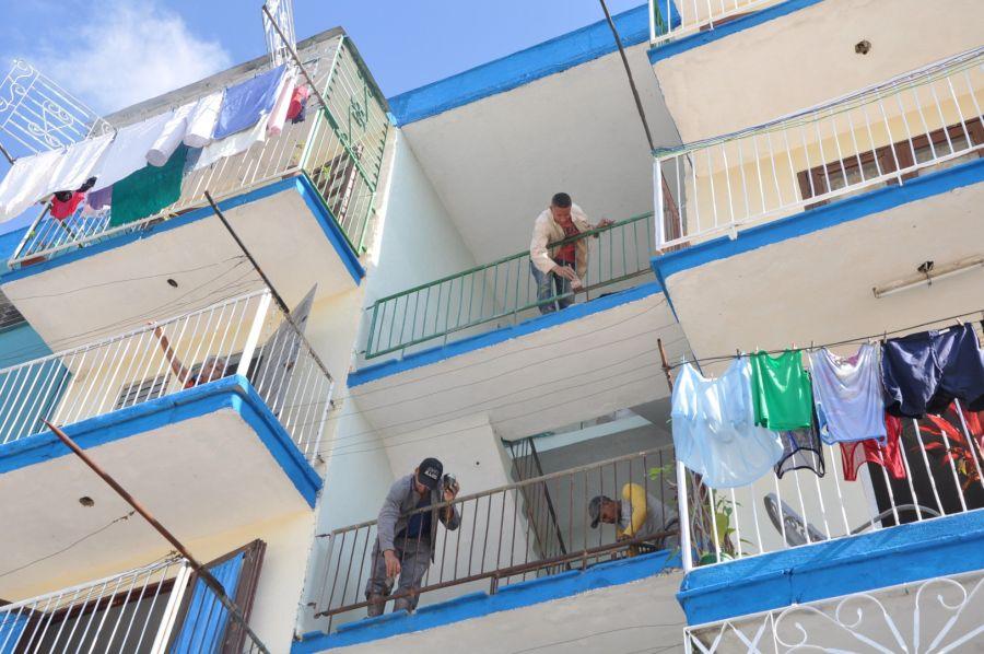La pintura se completa en los interiores de balcones y escaleras. (Fotos: Vicente Brito/Escambray)