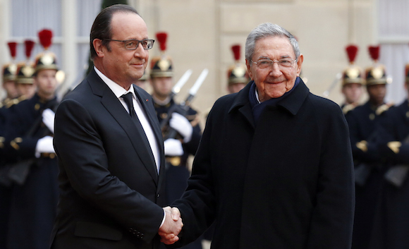 cuba, francia, raul castro, françois hollandence, Monday, Feb. 1, 2016. Cuban President Raul Castro is paying a state visit to France, in the first European foray by a Cuban leader in two decades, as Cuba opens up its economy. (AP Photo/Francois Mori)