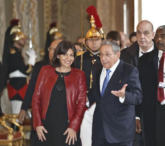 Con la alcaldesa de París, Anne Hidalgo. (Foto: AP)