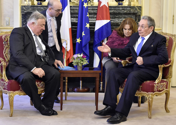 Raúl conversa con el Presidente del Senado francés, Gerard Larcher en París. (Foto: AP)