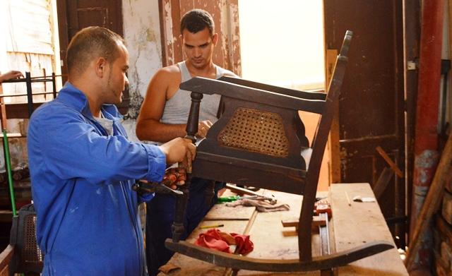 Con una mayor presencia masculina en la actualidad, los aprendices también restauran muebles con alto grado de valor patrimonial.