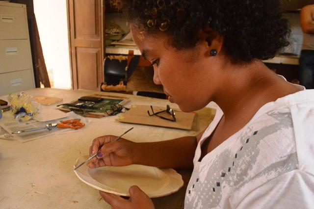La novel hornada incursiona también en el rescate y conservación de piezas de porcelana y cristalería. (Fotos: Carlos L. Sotolongo/Escambray)
