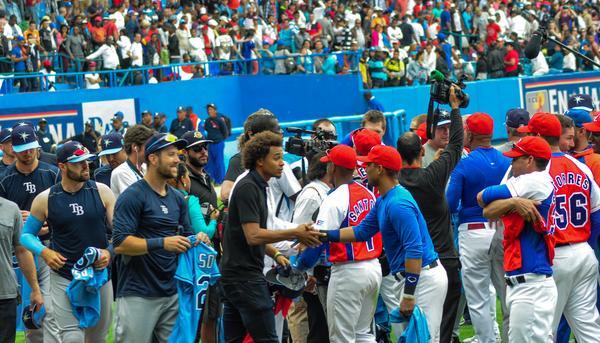 El intercambio de camisetas entre jugadores y directivos de ambas selecciones, puso fin al cotejo. (Foto ACN)