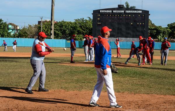Los integrantes del equipo cubano se alistaron en el estadio Nelson Fernández, de San José. (Foto ACN)