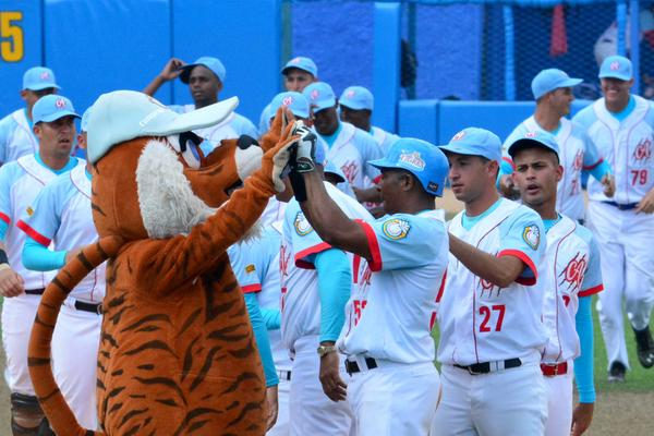 Los Tigres festejan su arrancada triunfal en el duelo ante Industriales. (Foto ACN)