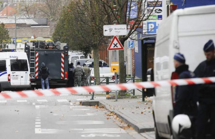 Agentes de la policía antidisturbios permanecen en guardia en el distrito Molenbeek, en Bruselas, Bélgica.(Foto: EFE)