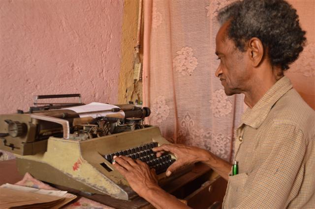 Si bien acude a su máquina de escribir, Zamora prefiere el ejercicio a mano.