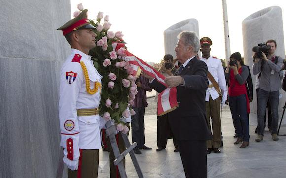 Fischer rinde homenaje a José Martí en el Monumento en la Plaza de la Revolución. (Foto: Ismael Francisco/ Cubadebate)