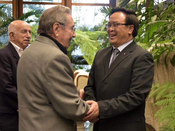 Raúl recibió a Hoang Binh Quan, Enviado Especial del Secretario General del Partido Comunista de Vietnam. (Foto: Estudios Revolución)