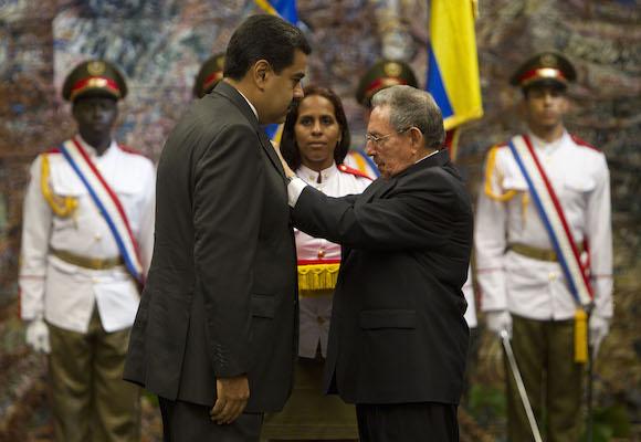 El Presidente Nicolás Maduro recibe la más alta condecoración del gobierno Cubano, la Orden Nacional José Martí, de manos del Presidente Raúl Castro. (Foto: Ismael Francisco/ Cubadebate)