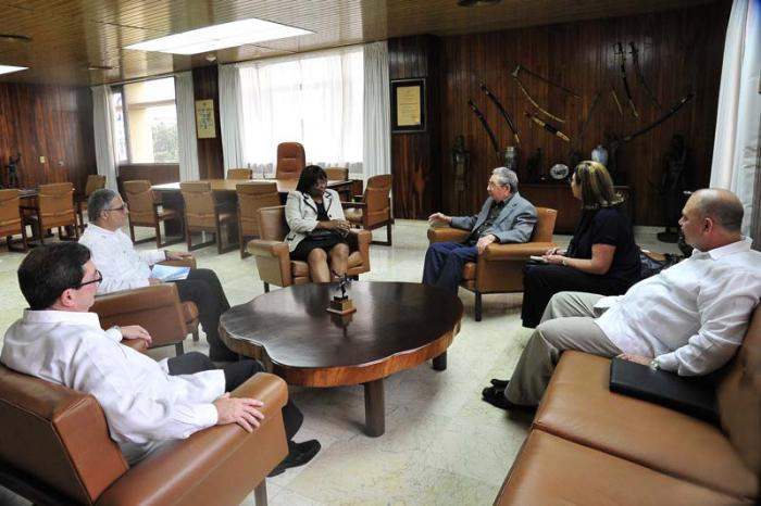 Imagen del encuentro entre Raúl y la directora general de la OPS. (Foto: Estudios Revolución)