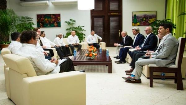 Las FARC-EP y Kerry se reunieron para discutir el proceso de paz en Colombia. (Foto: @FARC_EPaz)
