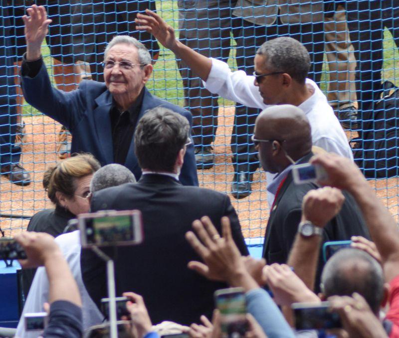 El General de Ejército Raúl Castro Ruz, Presidente de los Consejos de Estado y de Ministros, y Barack Obama, Presidente de los Estados Unidos de América, asisten al tope amistoso de béisbol entre Cuba y el Tampa Bay Rays, de las Grandes Ligas de Estados Unidos (MLB por sus siglas en inglés), en el Estadio Latinoamericano, en La Habana, Cuba, el 22 de marzo de 2016. ACN FOTO/Marcelino VÁZQUEZ HERNÁNDEZ/sdl/ogm
