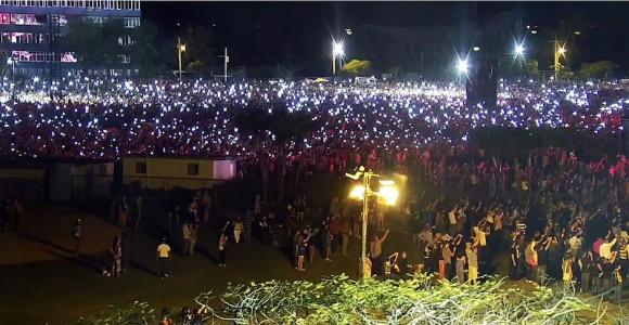 La hora de los conectados: miles de personas prendieron las luces de móviles para acompañar a The Rolling Stones en el Concierto. (Foto: Cubadebate)