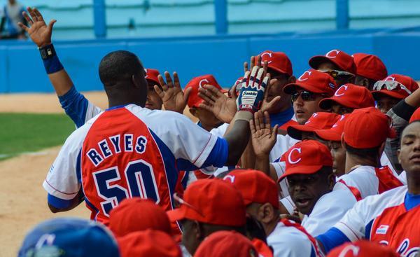 El cubano Rudy Reyes, después de conectar de jonrón, en el partido amistoso de béisbol entre la selección de Cuba y el equipo Tampa Bay Rays, de las Grandes Ligas de Estados Unidos (MLB por sus siglas en inglés), en el Estadio Latinoamericano, en La Habana, Cuba, el 22 de marzo de 2016. ACN FOTO/Marcelino VÁZQUEZ HERNÁNDEZ/ogm