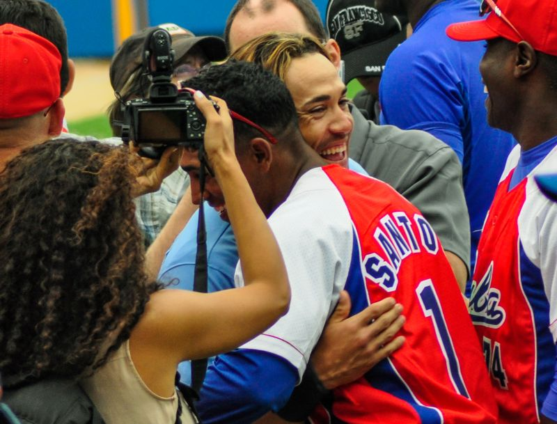 El equipo de Cuba y Tampa Bay Rays, de las Grandes Ligas de Estados Unidos (MLB por sus siglas en inglés), se saludan al termino del partido amistoso, en el Estadio Latinoamericano, en La Habana, Cuba, el 22 de marzo de 2016. ACN FOTO/Marcelino VÁZQUEZ HERNÁNDEZ/ogm