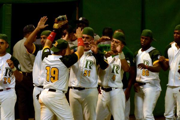 El equipo pinareño celebra la victoria. (Foto ACN)