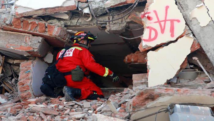 Expertos de nueve naciones trabajan en Ecuador para hallar más sobrevivientes entre los escombros. (Foto EFE)