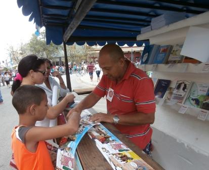 Hasta el último momento de las ventas, la literatura infantil fue la más buscada. (Fotos: Lisandra Gómez)