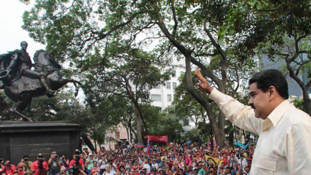 En la Plaza Bolívar de Caracas Maduro reiteró que la materia económica debe ser uno de los temas principales. (Foto AVN)
