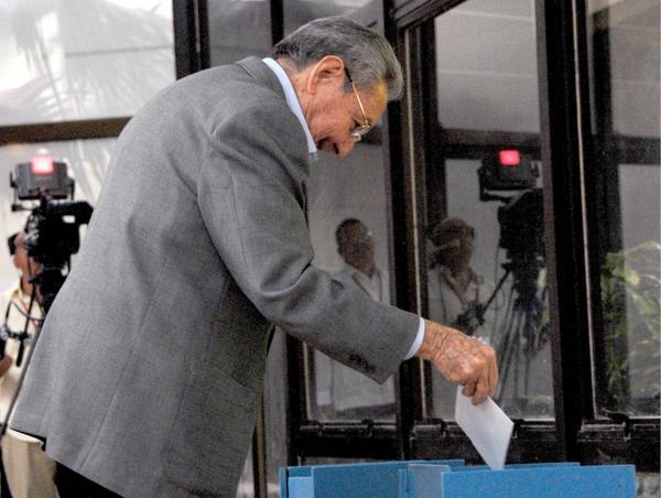 """""""Primero voy a votar por la del jefe y después la mía"""", dijo Raúl. (Foto ACN)"""