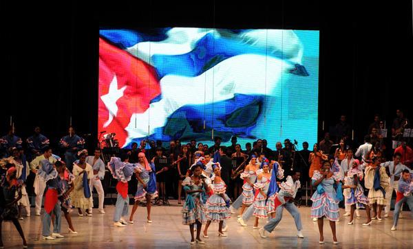 La gala artística estuvo dedicada al VII Congreso del Partido Comunista de Cuba. (Foto ACN)