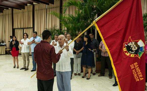 Machado Ventura entregó la Bandera de Honor de la UJC a diez colectivos destacados del país, entre los que figuró el BPA de Sancti Spíritus. (Foto ACN)