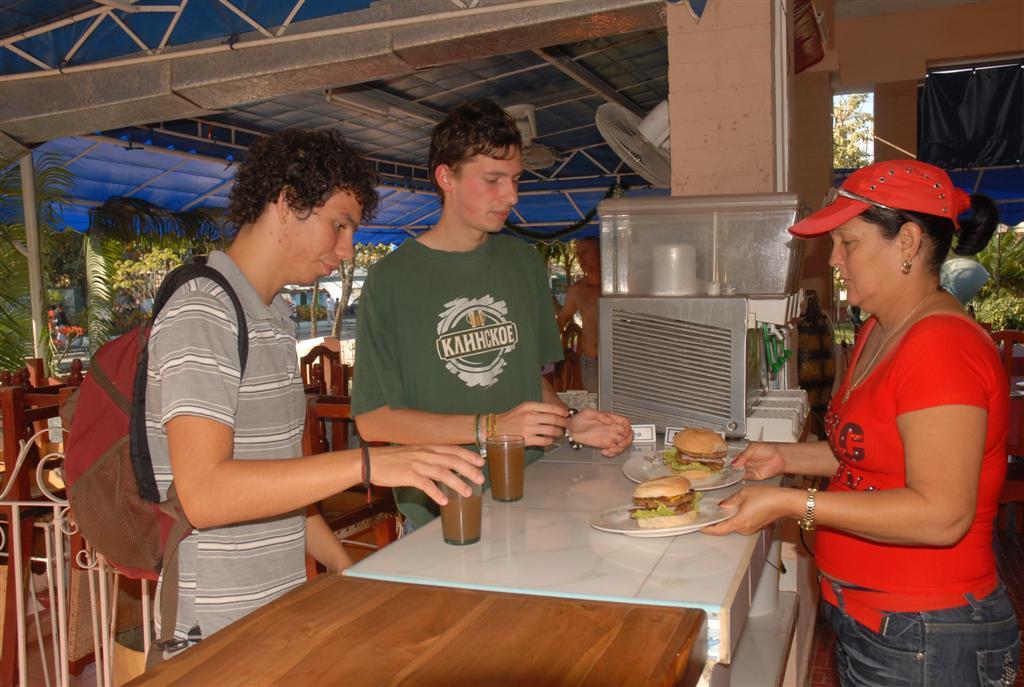 La elaboración y venta de alimentosa se mantiene entre las actividades más representadas. (Foto Vicente brito/Escambray)
