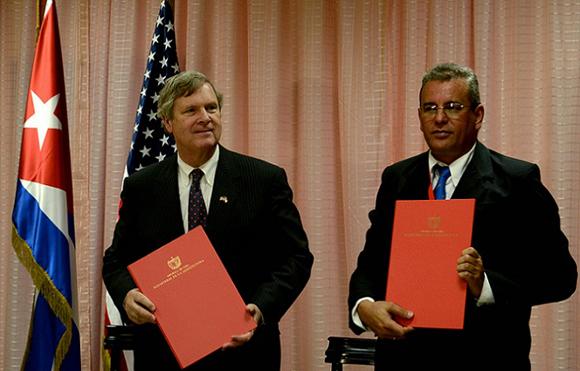 Gustavo Rodríguez Rollero (derecha) junto a Thomas Vilsack, tras firmar un memorando de entendimiento en La Habana, el pasado 21 de marzo. (Foto: Agencia Cubana de Noticias Archivo)