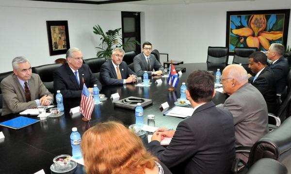 El vicepresidente del Consejo de Ministros de Cuba Ricardo Cabrisas, recibió al gobernador del estado de Missouri Jay Nixon. (Foto Granma)