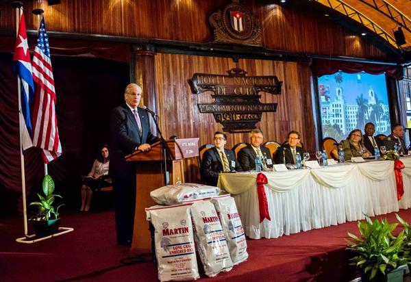 Jeremiah W. Nixon, destacó las posibilidades de intercambio comercial de las compañías de Missouri con sus contrapartes cubanas. (Foto: ACN)