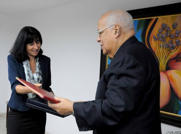 Cabrisas  y Anne-Pascale Krauer Müller durante la firma de  acuerdo realizada entre Cuba y Suiza Foto: Juvenal Balán/Granma)