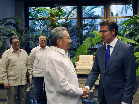 Durante el cordial encuentro, Raúl y Núñez Feijoó intercambiaron acerca de los históricos lazos de amistad que existen entre Galicia y Cuba. (Foto: Estudios Revolución)
