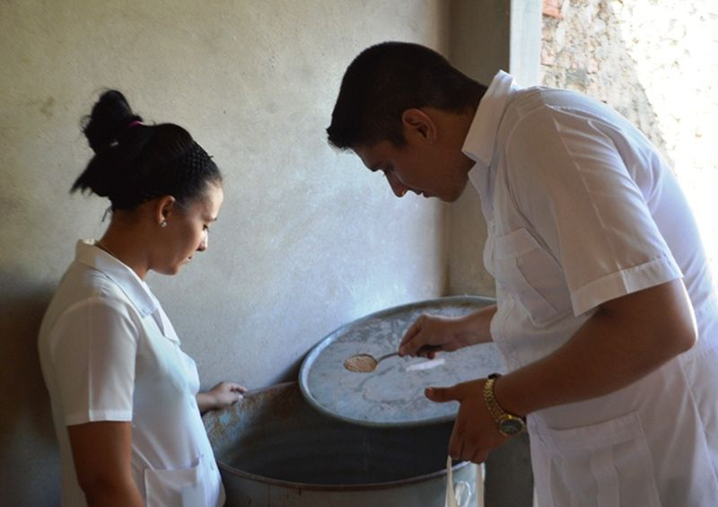 El accionar estudiantil resulta esencial para conseguir la colaboración ciudadana. (Foto: Carlos L. Sotolongo / Escambray)