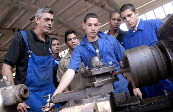Hace cinco cursos que se inició en Cuba el movimiento de aulas anexas para suplir las carencias de la base material de estudio.